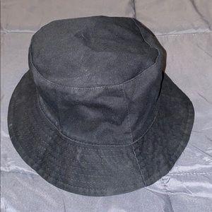 Reversible black / cheetah print bucket hat